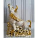 Фън Шуй Златен Бик върху монети и кюлчета